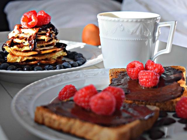 Pancakes und Toast mit Zucker