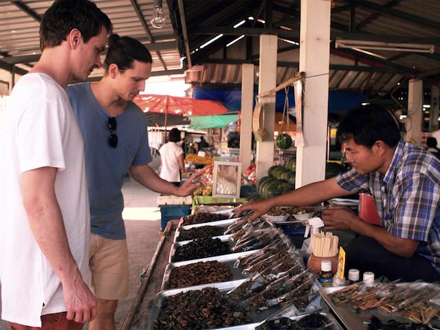 Flunder auf der Suche nach Insekten in Thailand auf einem Markt