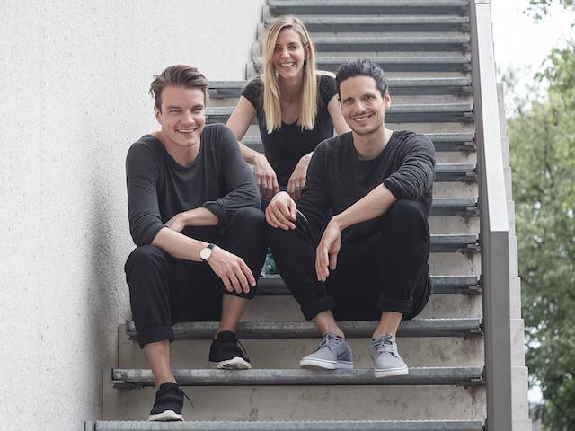 Gruppenfoto der Flunder auf einer Treppe sitzend