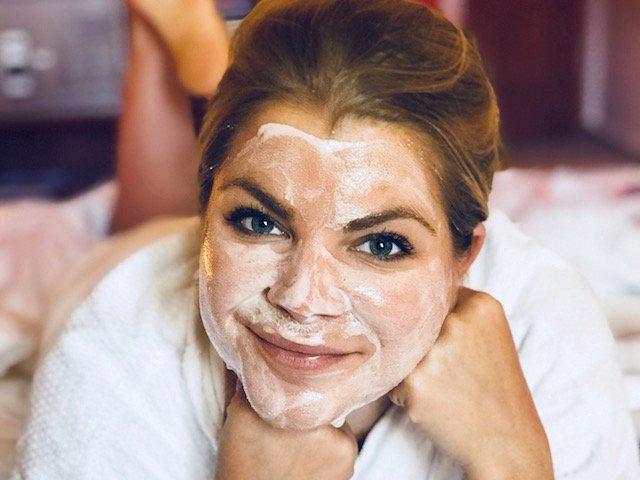 Regulat Magic Mousse als Gesichtsmaske im ganzen Gesicht angewendet