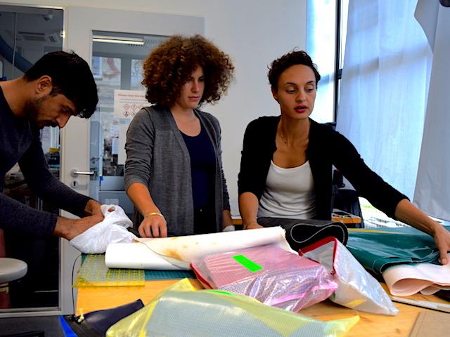 Nora, Vera und Abid beim fertigen von Produkten für mimycri