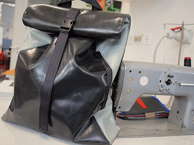 Rucksack/bag von mimycri im Fab Lab neben einer alten Nähmaschine