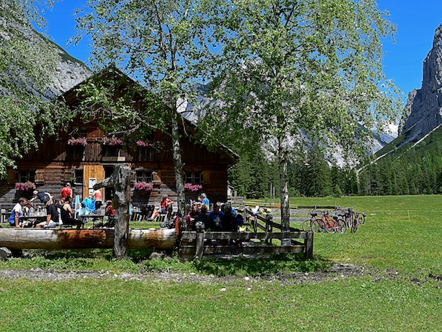 Blick auf eine Alm in Seefeld Tirol bei strahlendem Sonnenschein