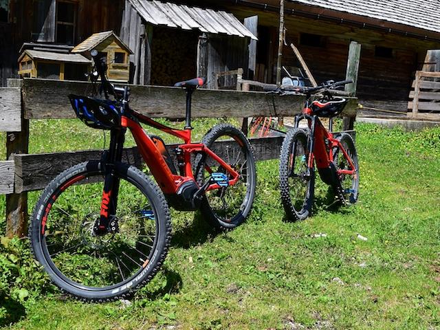 Zwei E-Bikes von Cube an einen Zaun gelehnt