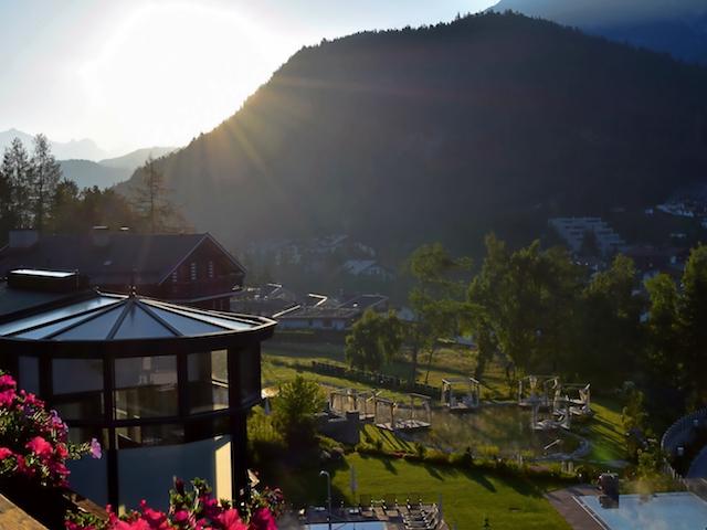 Sonnenaufgang hinter den Bergen in Seefeld Tirol