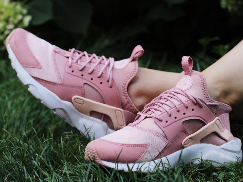 Frauen und Sneaker